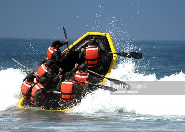 basic underwater demolition/seal students battle through the surf during their last day of hell week. - navy seals de los estados unidos fotografías e imágenes de stock