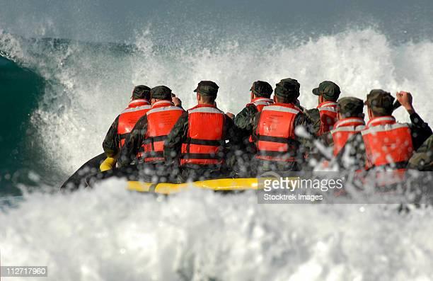 basic underwater demolition/seal students encounter a large wave during a surf passage exercise. - navy seals de los estados unidos fotografías e imágenes de stock