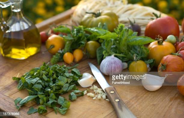 Des plantes de basilic & ingrédients pour pâtes italiennes & le dîner une cuisine de préparation