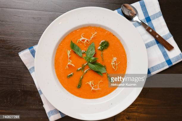 basil in bowl of tomato soup - sopa - fotografias e filmes do acervo