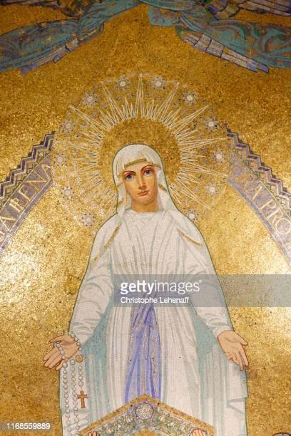 basilica of notre dame du rosaire in lourdes (france). - bernadette soubirous fotografías e imágenes de stock