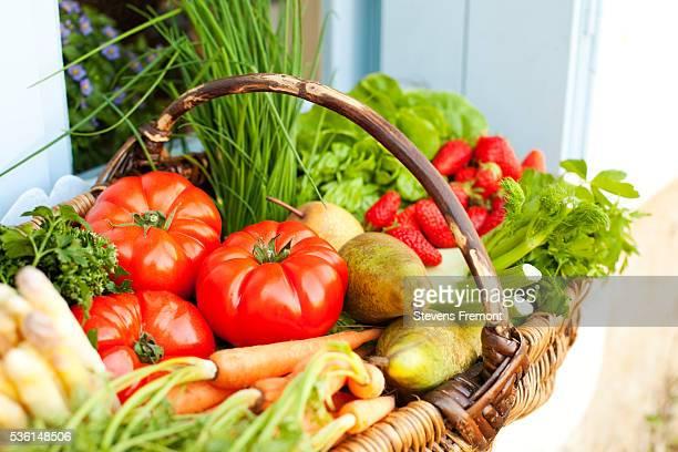 basket full of fresh fruit and vegetables - frutta foto e immagini stock