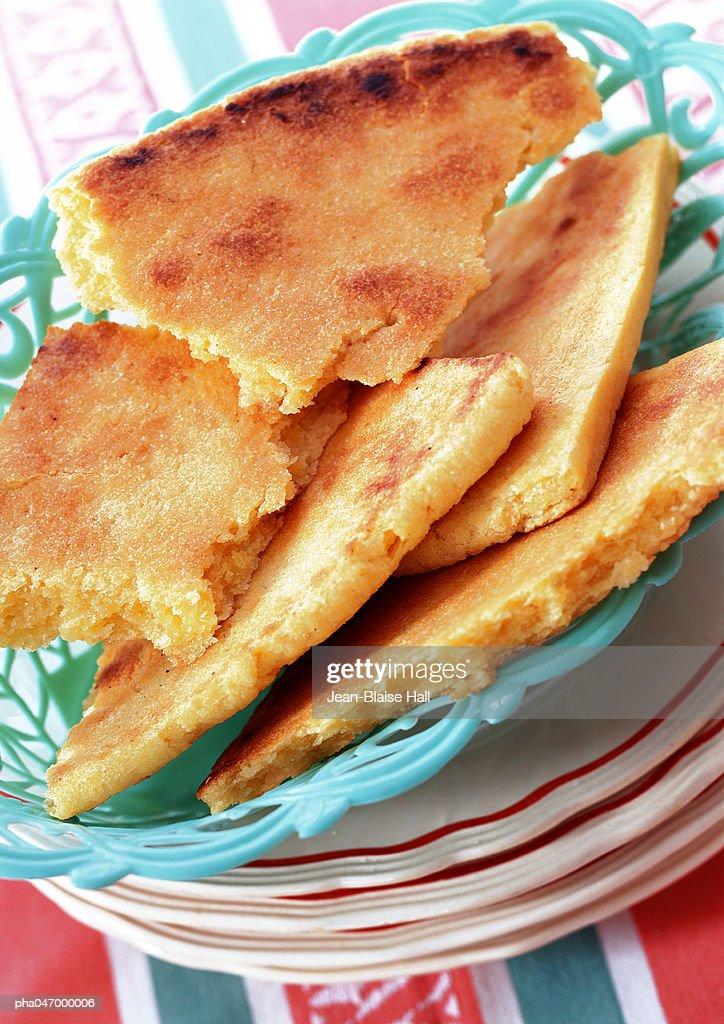 Basket of algerian bread broken into pieces, close-up : Stockfoto