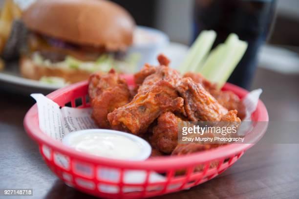 basket of chicken wings - comida de pub - fotografias e filmes do acervo