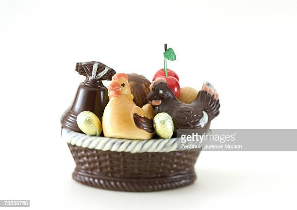 basket of chocolate chickens, eggs and bell - cloche de paques photos et images de collection