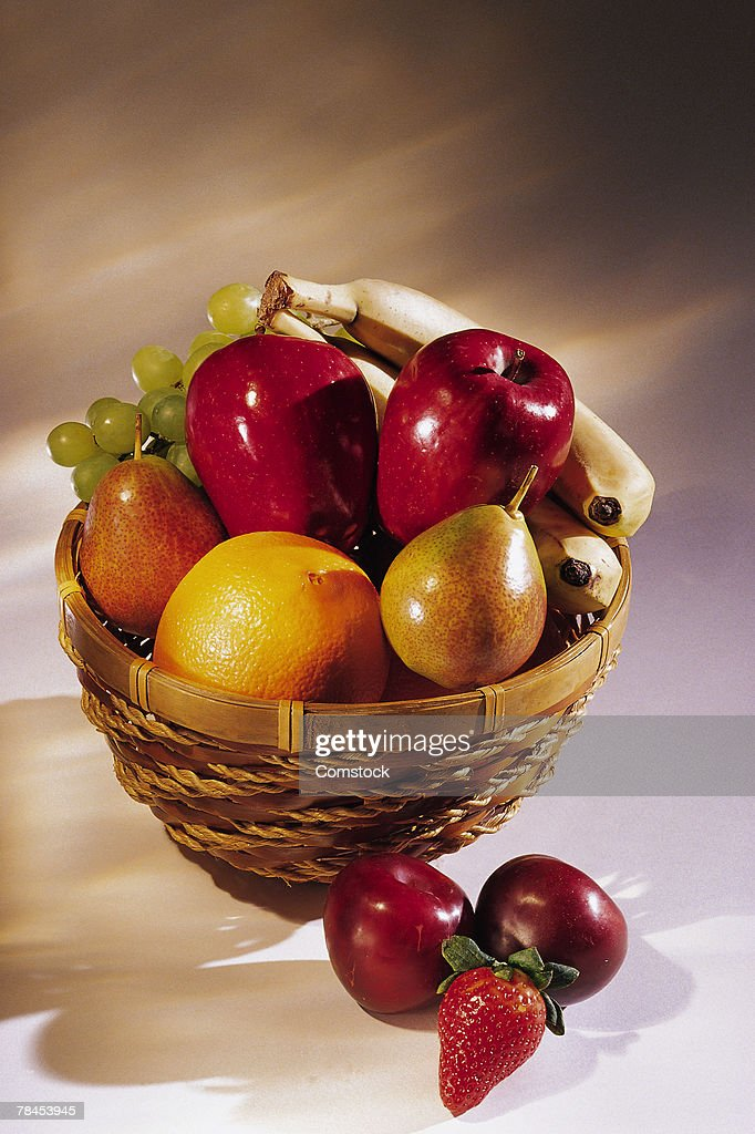 Basket of fresh fruit : Stockfoto