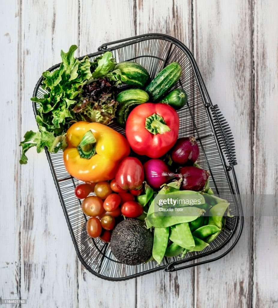 A basket of fresh fruits and vegetables on white background : Foto stock