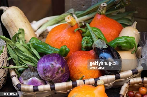 basket of fresh harvested vegetables in an outdoor market - pais vasco fotografías e imágenes de stock