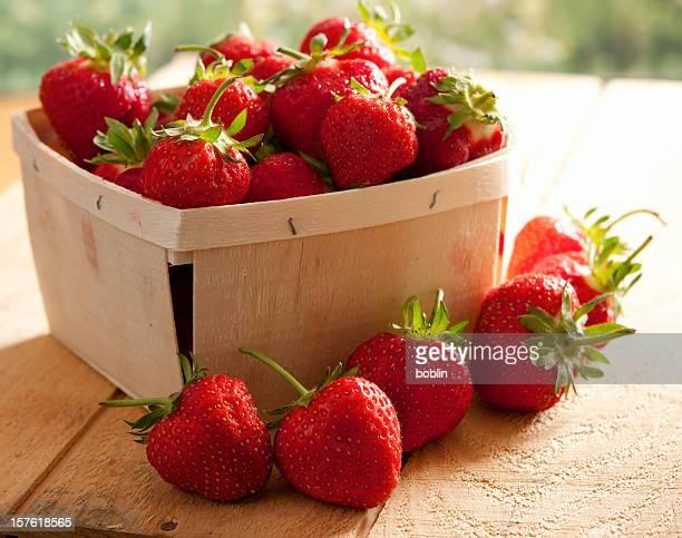 Korb mit frischen Erdbeeren