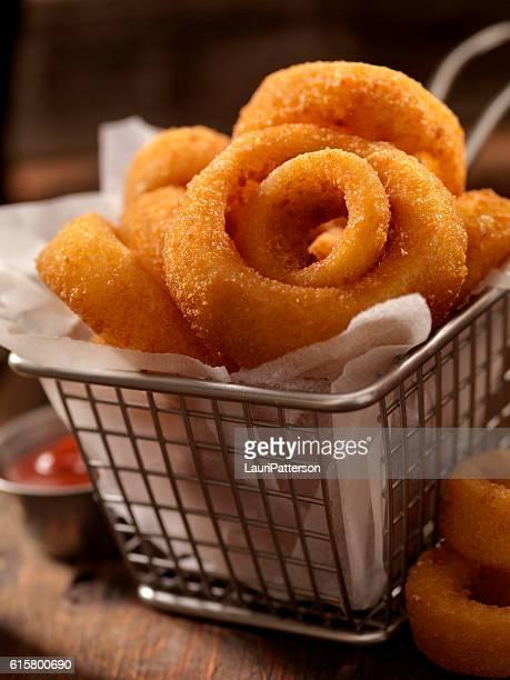 cesta de anéis de cebola - porção de comida - fotografias e filmes do acervo