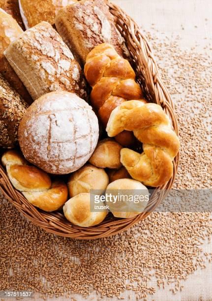 Panier avec du pain fraîchement sorti du four