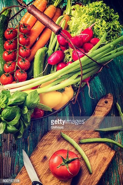 Korb mit Bio-Gemüse frisch vom Markt
