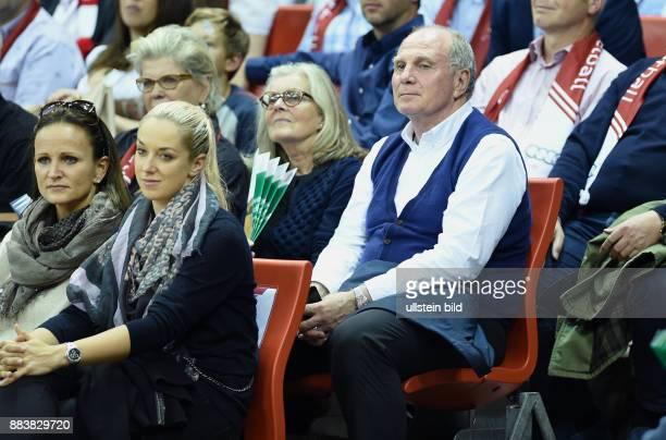 Basketball 1 Bundesliga 2015/2016 1 Spieltag FC Bayern Muenchen EWE Baskets Oldenburg Uli Hoeness mit Ehefrau Susi Tennsispielerin Sabine Lisicki und...