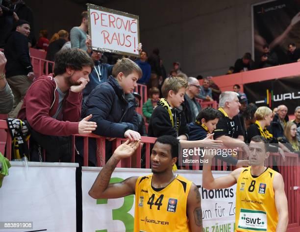 Basketball 1. Bundesliga 2015/2016 Hauptrunde 14. Spieltag Walter Tigers Tuebingen - Telekom Baskets Bonn Ein Tigers Fan mit einem Plakat Perovic...