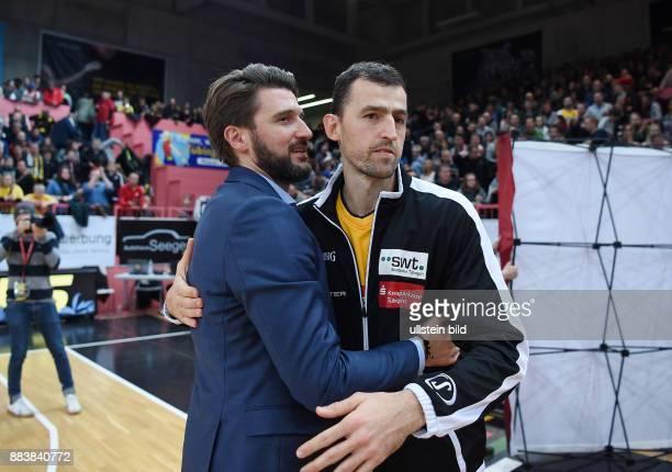 Basketball 1 Bundesliga 2015/2016 Hauptrunde 16 Spieltag Walter Tigers Tuebingen FC Bayern Muenchen Aleksandar Nadjfeji umarmt Manager Marko Pesic