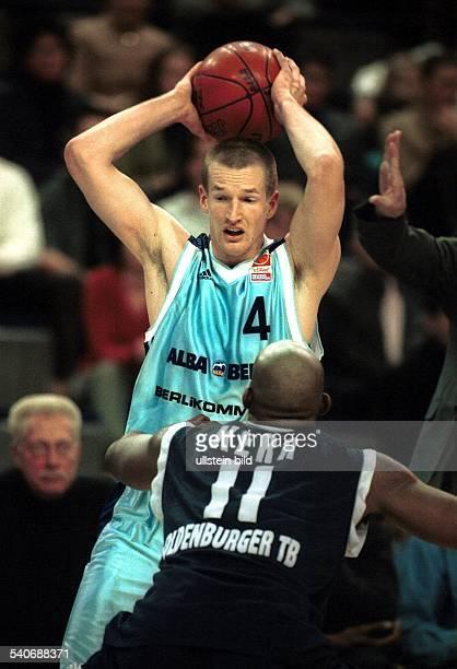 Basketball Bundesliga Alba Berlin gegen Oldenburger TB am in Berlin Henrik Rödl beim beidhändigen Wurf Andre Kerr versucht abzuwehren