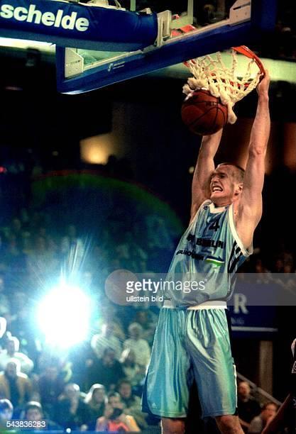 Basketball Bundesliga Alba Berlin gegen Oldenburger TB am in Berlin Henrik Rödl hängt am Korb der Ball fliegt durch das Netz