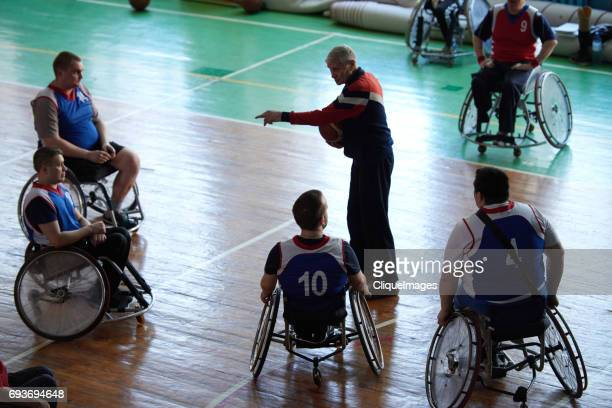 basketball coach with paraplegic team - cliqueimages - fotografias e filmes do acervo