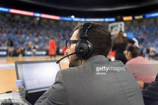 ラップトップを使用したバスケットボールコメンテーター - 解説者 ストックフォトと画像