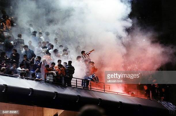 Fans von Olympiakos Piräus brennen auf der Tribüne der MaxSchmelingHalle in Berlin bengalische Feuer ab und zünden Rauchbomben