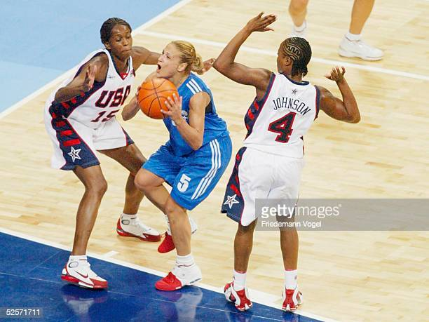 Basketball / Frauen Olympische Spiele Athen 2004 Athen USA Griechenland Swintayla CASH / USA Anastasia KOSTAKI / GRE Shannon JOHNSON / USA 250804
