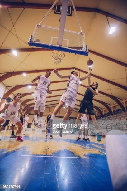 動きでバスケット ボールの試合 - バスケットボール競技 ストックフォトと画像
