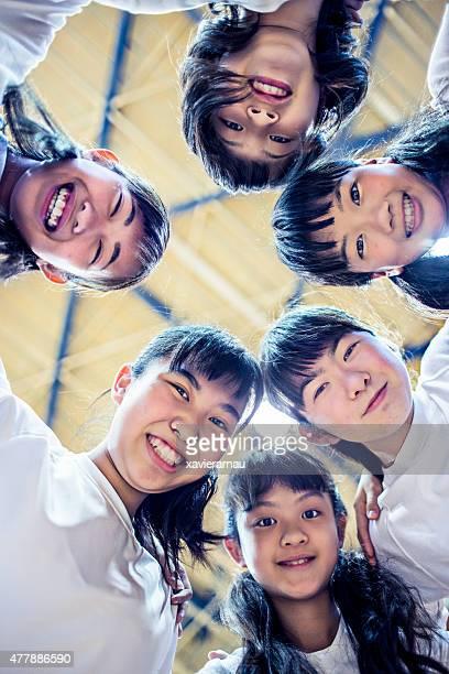 Filles de l'équipe de basket-ball dans le gymnase de l'école