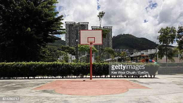 basketball hoop on court - basketball hoop stock pictures, royalty-free photos & images