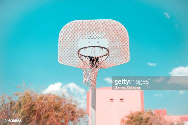 basketball hoop on street with blue sky in background - dähncke fotografías e imágenes de stock