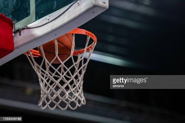 basket-ball dans le cerceau - but matériel de sport photos et images de collection
