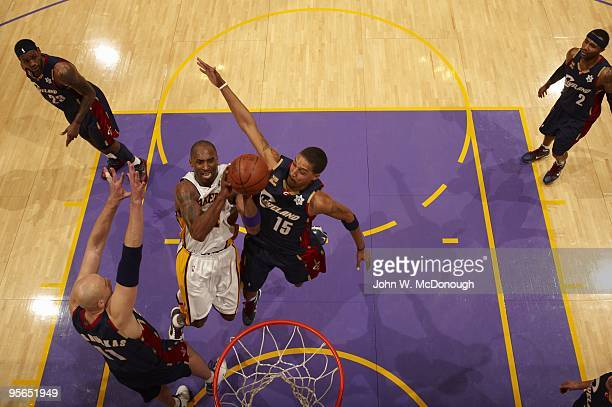 Los Angeles Lakers Kobe Bryant in action vs Cleveland Cavaliers Jamario Moon . Los Angeles, CA CREDIT: John W. McDonough