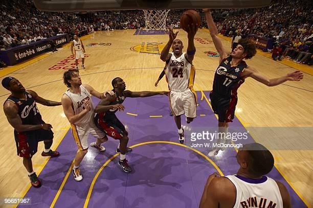 Los Angeles Lakers Kobe Bryant in action vs Cleveland Cavaliers Anderson Varejao . Los Angeles, CA CREDIT: John W. McDonough