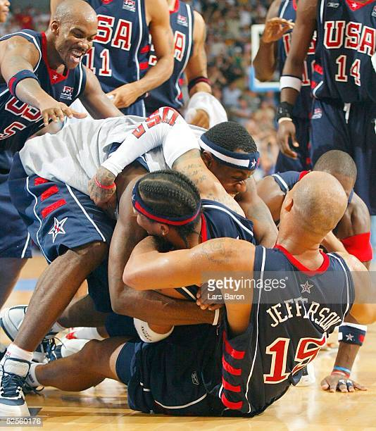 Basketball / Maenner Laenderspiel 2004 Koeln USA Deutschland Schlussjubel USA alle gratulieren Allen IVERSON der mit der Schlusssekunde den...