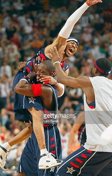 Basketball / Maenner Laenderspiel 2004 Koeln USA Deutschland Schlussjubel USA Allen IVERSON / USA der mit der Schlusssirene den entscheidenden Korb...