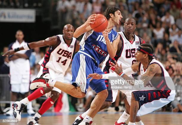 Basketball / Maenner Laenderspiel 2004 Koeln USA Italien 7895 Gianluca BASILE / ITA setzt sich gegen die amerikaner Lamar ODOM Carlos BOOZER und...