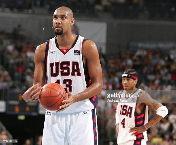 Basketball / Maenner Laenderspiel 2004 Koeln USA Italien 7895 Tim DUNCAN Allen IVERSON /USA 030804