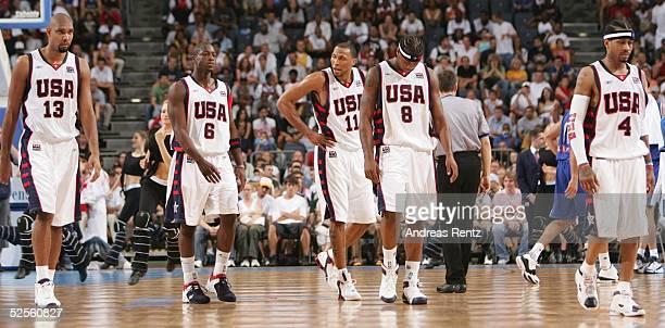 Basketball / Maenner Laenderspiel 2004 Koeln USA Italien Das amerikanische Basketball Dream Team verlaesst den Platz Tim DUNCAN Dwyane WADE Shawn...