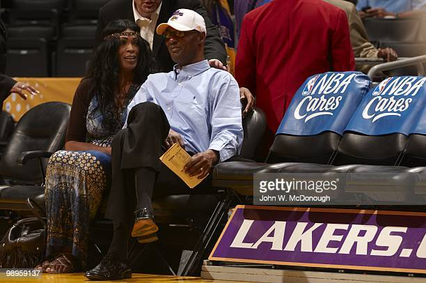 Playoffs: Los Angeles Lakers Kobe Bryant's father Joe Bryant with wife Pamela sitting courtside before Game 2 vs Utah Jazz. Los Angeles, CA 5/4/2010...