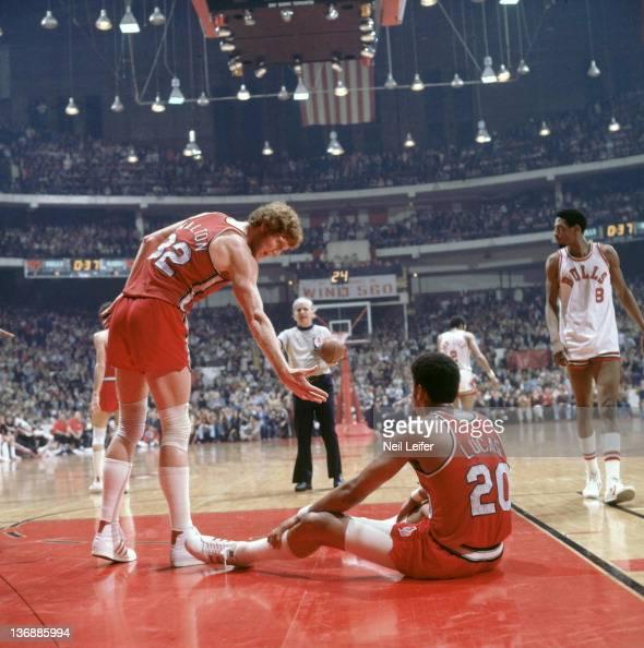 Portland Trail Blazers Bill Walton Helping Up Maurice