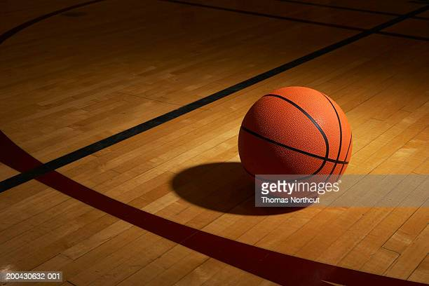 basketball on basketball court, elevated view - basketbal teamsport stockfoto's en -beelden