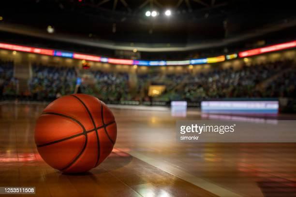 basketball auf dem platz - basketball stock-fotos und bilder