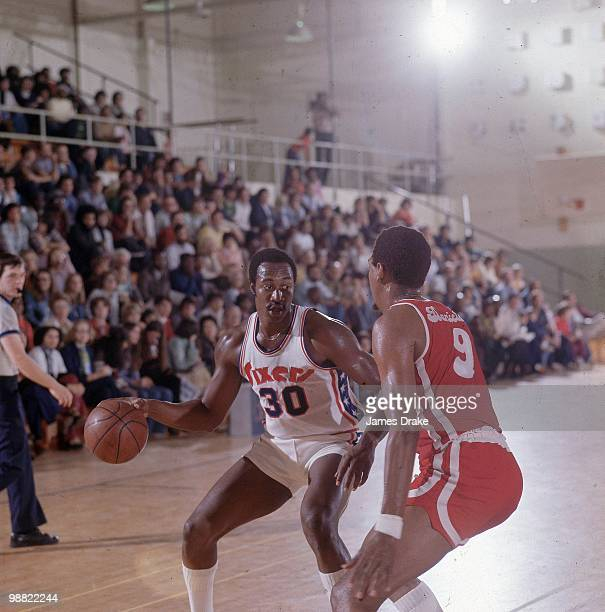 Philadelphia 76ers George McGinnis in action vs Baltimore Claws Mel Daniels during exhibition preseason game Cover Cherry Hill NJ CREDIT James Drake