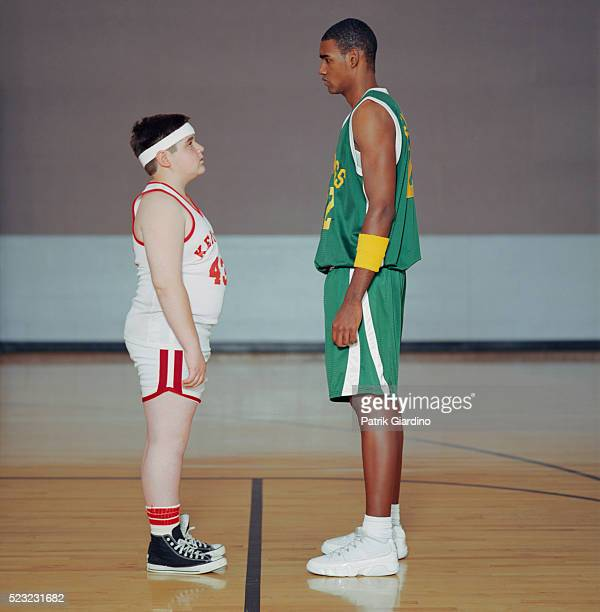 basketball player facing taller opponent - basketball team stock pictures, royalty-free photos & images