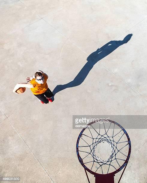 バスケットボール選手が方面のフープ