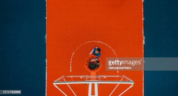 jugador de baloncesto en acción - encestar fotografías e imágenes de stock
