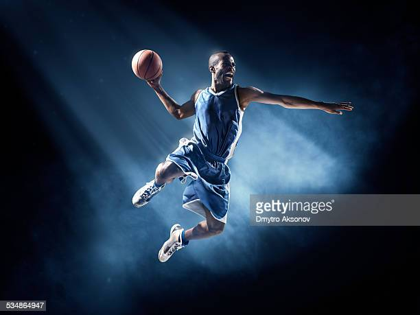 basketball-spieler in sprungwurf - basketball stock-fotos und bilder