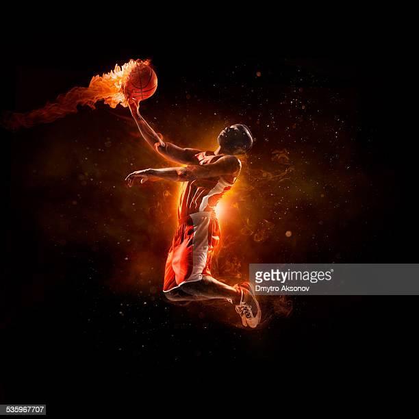 Joueur de basket-ball à sauter avec boule de feu