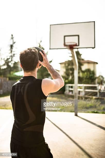 Giocatore di basket di saltare a punteggio