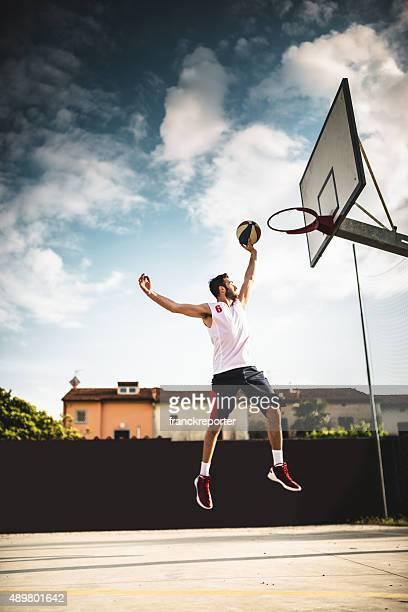 salto de puntaje jugador de baloncesto - encestar fotografías e imágenes de stock