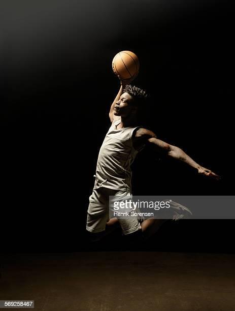 basketball player jumping with ball - basquete - fotografias e filmes do acervo